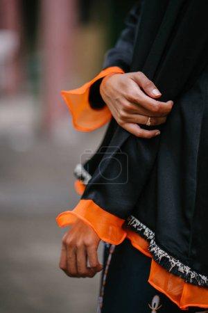 时装肖像一个美丽的, 亚洲时髦的女人摆在街上