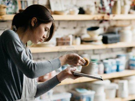 制作陶器的年轻女人