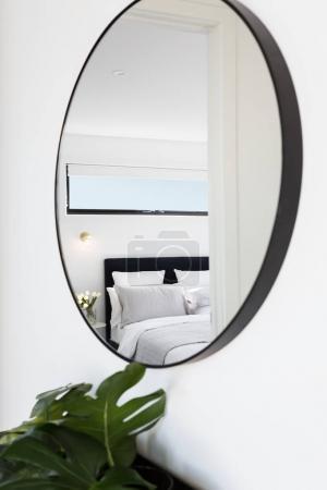 卧室走廊镜子里