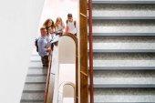 青少年学生在高中的楼梯上.