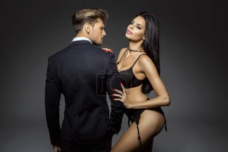 性感的女人穿内衣和拥抱帅的人的肖像
