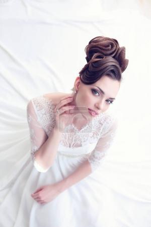 华丽的新娘穿白色连衣裙
