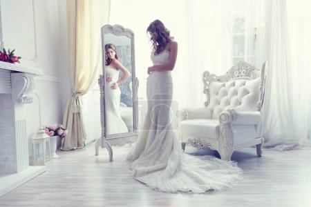 新娘附近古董扶手椅