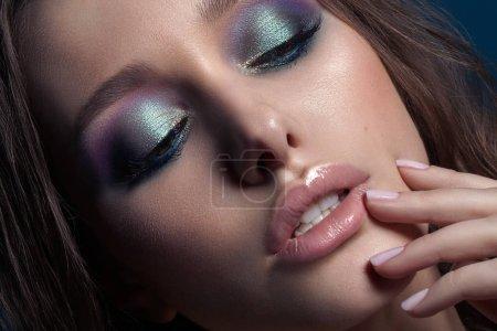年轻漂亮的模特,完美的化妆。美丽的女人的脸