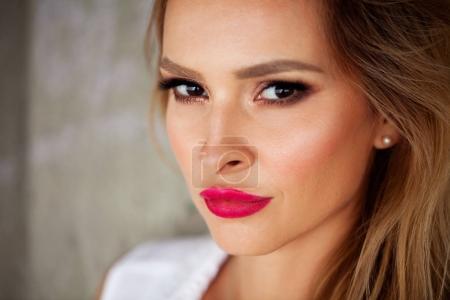 壮观的美丽的年轻女子,完美的肌肤和红红的嘴唇特写肖像
