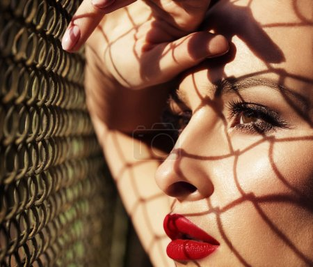 关闭了红红的嘴唇,阴影时尚女人模型肖像来回