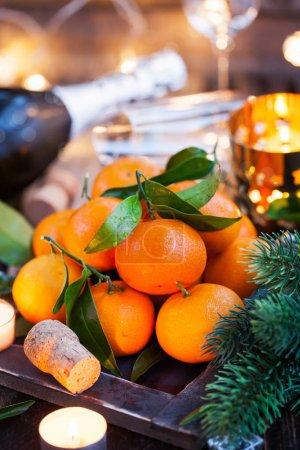 在假日背景上新鲜橘子