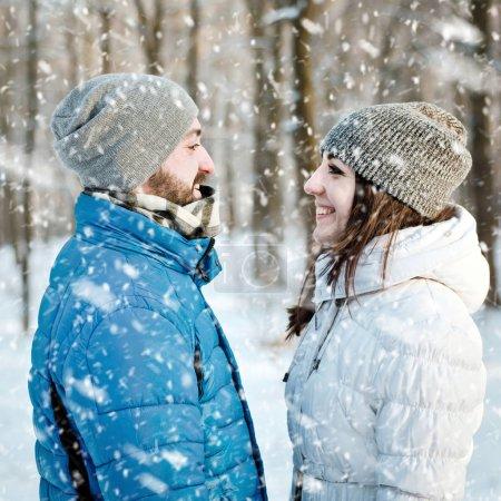 爱在冬季森林幸福夫妻