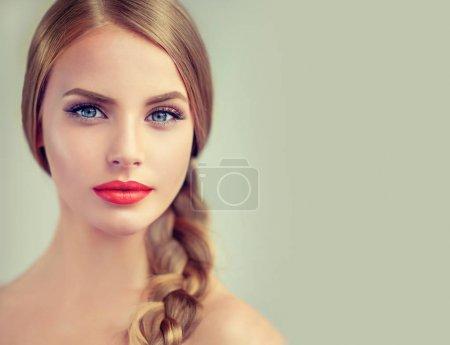 编织层和红嘴唇的女孩