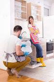 幸福的夫妇在厨房做家务
