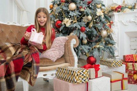 美好的回忆圣诞节网上购物。家庭假期。新年快乐。冬天。圣诞节前的早上小女孩。圣诞树和礼物。孩子们好好享受假期_高清图片_邑石网