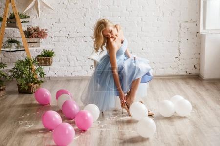 一件蓝衣服的女孩穿的鞋子