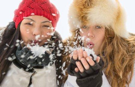 两个美女在冬天吹雪