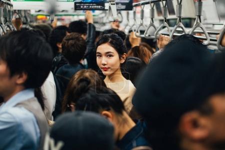 美丽的日本妇女在地铁站