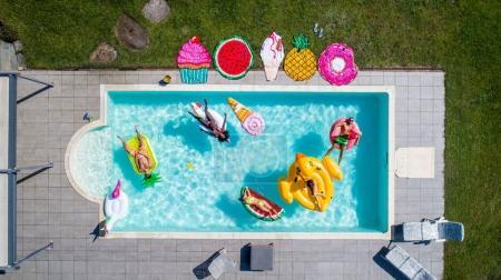 在游泳池里玩的朋友_高清图片_邑石网