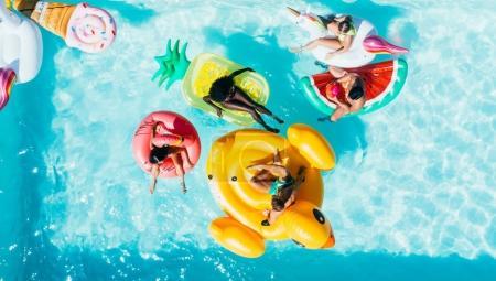 群在游泳池里玩的朋友 _高清图片_邑石网