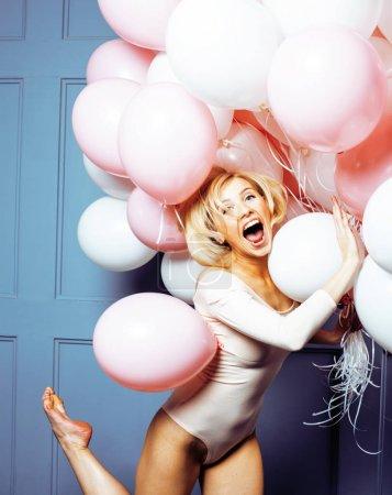 气球年轻的幸福女人