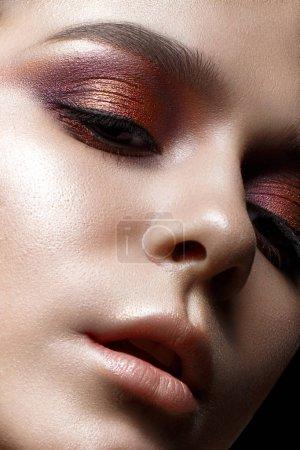 明亮的晚上化妆的年轻女孩。漂亮的模特创意化妆和闪闪发光的皮肤的完美。美丽的容颜。在工作室里的照片._高清图片_邑石网