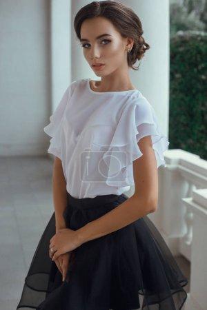 站在短上衣和裙子的女人_高清图片_邑石网