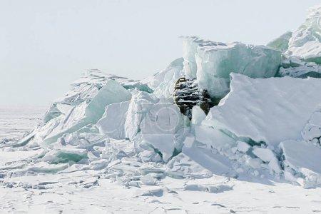 水冰裂隙浮冰从大块的冰背景