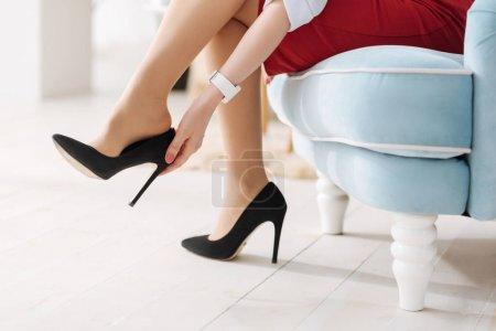 脱掉高跟鞋的女人