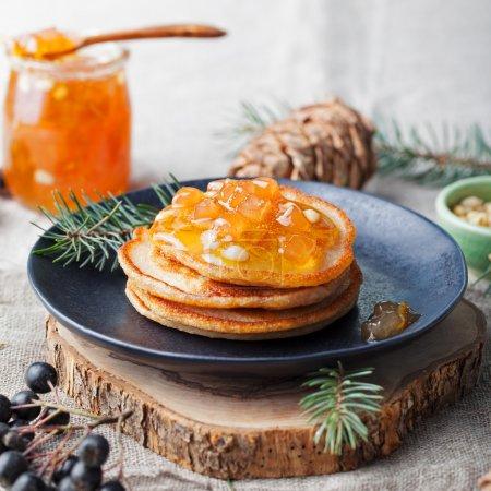圣诞冬季煎饼配梨、 橘子果酱