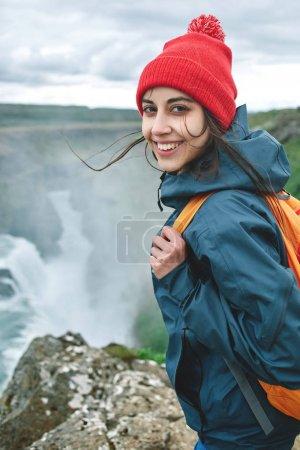 性格开朗的女人走路和在冰岛的自然构成