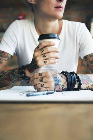 纹身的女人与咖啡