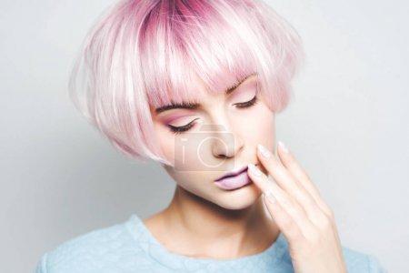 粉红色头发的漂亮女孩
