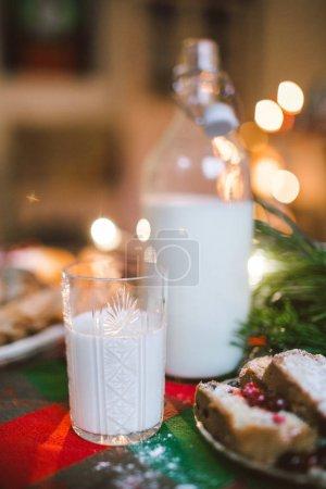 节日晚餐蛋糕装饰的圣诞餐桌上的果酱