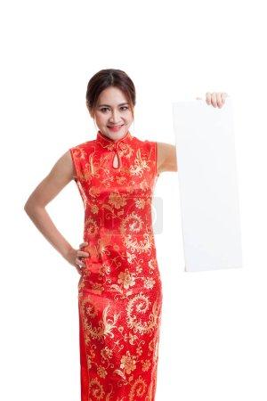 中国旗袍的亚洲女孩穿着红色空白标志