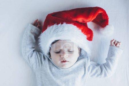 可爱的小宝贝女孩在圣诞老人的帽子