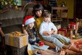 快乐的妈妈,小女孩和男孩与礼品盒
