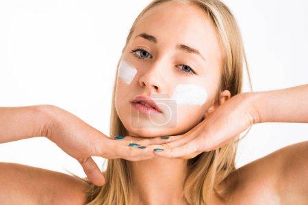 女孩脸上使用护理皮肤产品_高清图片_邑石网