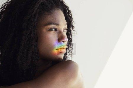 年轻女子脸上的彩虹