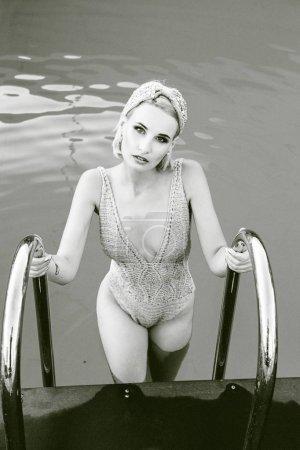smimming 水池中女人