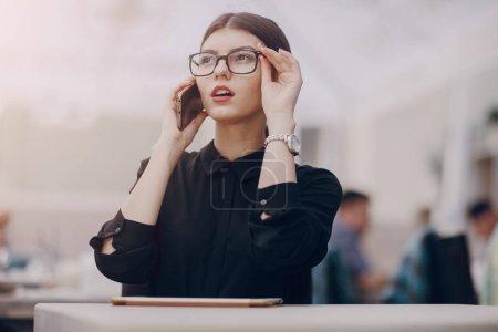 美丽的黑发女郎,眼镜_高清图片_邑石网