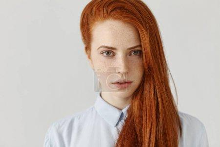 完美洁肤脸上有雀斑的女人