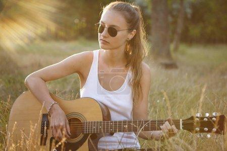 女性独自坐弹吉他