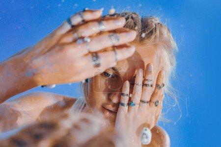 美丽的年轻女子模型反映在镜子肖像 _高清图片_邑石网