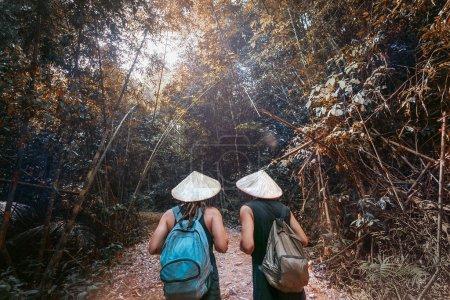年轻女子和男子在森林中远足_高清图片_邑石网