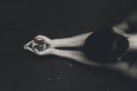 有石榴的年轻貌美女子的特写_高清图片_邑石网