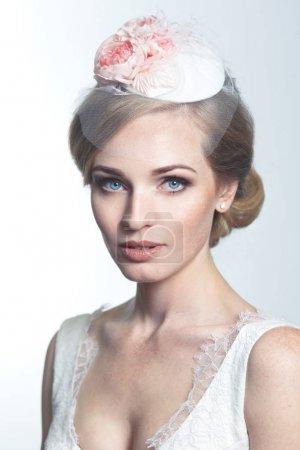 美丽的肖像红头发的新娘与雀斑在一个美丽的老式帽子与面纱白色背景