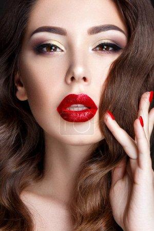 布鲁内特和鲜红的嘴唇