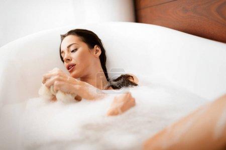 美丽的女人,在浴缸里