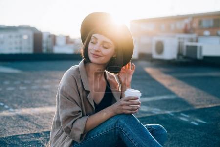 美丽的年轻女子在帽子