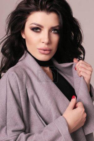 豪华的黑头发,在优雅的衣服华丽性感的女人