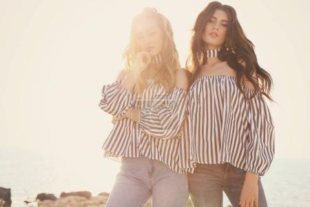 两个漂亮的女孩,穿着休闲服构成户外