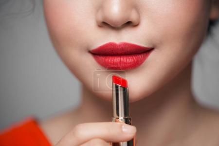 应用的红色唇膏的女孩