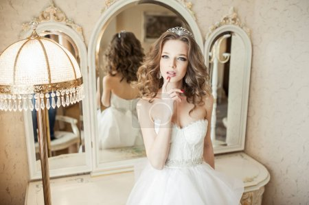 年轻的新娘,在漂亮的裙子